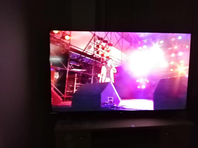 テレビのYouTuber動画が汚い テレビはTOSHIBAの55型 動画に合わせて限界の最高画質 1070Pとか720pとか それでも画質が汚い てもスマホで同じ動画見たら綺麗なんですが、 これって そもそも 投稿された動画の画質が悪いだけですか? それかテレビ画面が大きすぎて 画質が汚いと感じるだけでしょうか? それかそもそもテレビ自体が駄目なんですかね? 今年の 六月に替えたばっかりなのですが