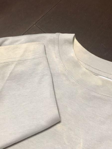 某メジャー ファストファッション店で息子のベージュ色のTシャツを購入しました 風呂上がりに早速着用すると数時間で首周り袖周りの色が抜けてきました。洗濯もしておりません 体液(汗)で脱色してしまう事があるのでしょうか? 半年前他の店で買ったベージュの服も同じようなことが起こりましたそれは洗濯時に漂白剤でも紛れたのかと思っておりましたが今回もまた同じベージュの服で発生しました すべてのTシャツが色落ちしているわけではありません 不思議な色落ちしているのが他に2枚有ります息子のものばかりです。 今回不思議に思い身の回りを調べると息子のシーツも同じように色が抜けていることを発見しました 親のシーツと息子のシーツは同じメーカーのものを同時購入したものです息子のだけ色落ちしています なぜでしょうか? こちらが悪いのなら返品交換は不可能なのでしょうか?