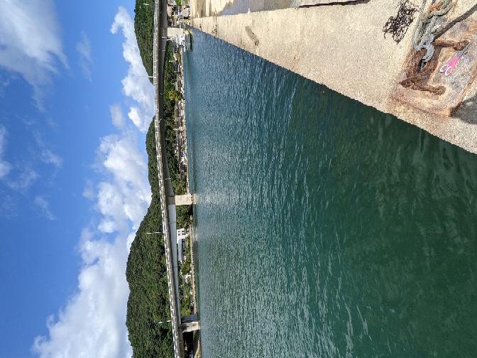 釣り初心者で海釣りしてるのですが、このような場所では大きな魚はいてないのでしょうか? 釣道具をネットで調べて全て揃えてチャレンジしてますが、小さな小魚しか泳いでません。 京都の久美浜から近い海です。