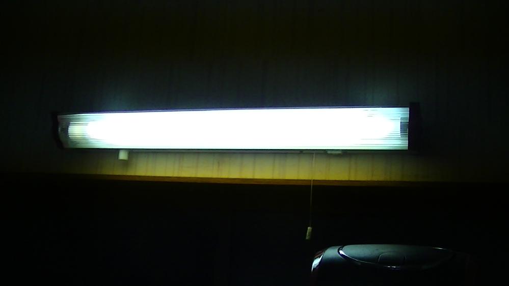 このタイプの蛍光灯の本体を取り替えたいのですが、電気の素人でも可能でしょうか? ひものスイッチが馬鹿になってしまい、 引っ張っると伸びたまま戻らないことが多くなりました。 本体も古いので新品に交換したいのですが、可能でしょうか? 機器の取り外しと取り付けは出来そうなのですが、 中の電源コードの配線はどうなっているのでしょうか? 電源コードの接続し直しは素人でも簡単に出来ますか???