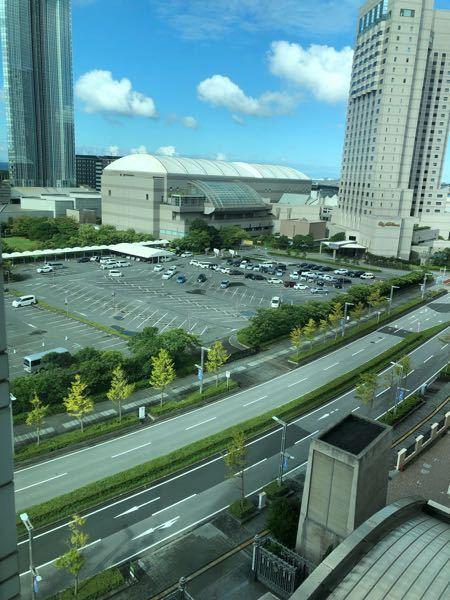 左のタワーは、アパホテルですか?