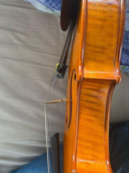 数億年ぶりにバイオリンを出したのですが、弦をずっと張りっぱなしで駒が傾いていました。直そうと思っても音を調節するときにどんどん傾いてしまいます。力がないからか駒のずらし方も分かりません。駒の下のところ に後が少しついていて残念です。 良い直し方ありますか? 楽器屋さんには前持っていったときに傷つけられたのでなるべく自分でやりたいです。