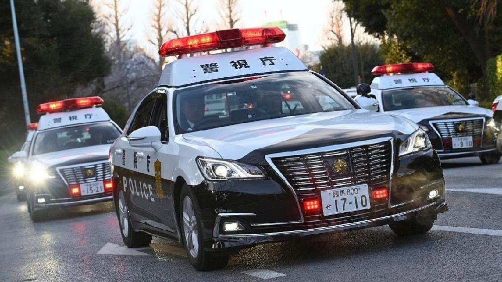 警察車両についてです。 パトカーの場合、中型車(3ナンバーサイズ)として トヨタ・クラウン、小型車(5ナンバーサイズ)として スズキ・ソリオが多く見られます。 トヨタ、スズキの2社が競争入札に...