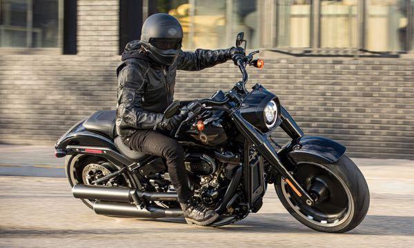 大学生(女)なのですが、ハーレーに乗りたくて来年中に中型→大型までの免許を取得予定です。 普通免許は所持しているので比較的早く終わりそうですが、教習所のヘルメットが使い回しなので自分のヘルメットを買おうと思っています。(若干潔癖症な所もあるので) フルフェイスで、デザインは画像のようなものが好きです。 バイクに乗っていても顔が分かりづらいヘルメットが良くて前のプラスティック?が透明よりは黒の方が良いです。 このマークはハーレーだと思うのですが、品番が分からなくて見つかりません。 似たようなデザインのヘルメットがあれば教えて頂きたいです(^^) 中型免許を取ったら、すぐまた大型免許を取りたいので中型バイクは購入しない方向でいます。