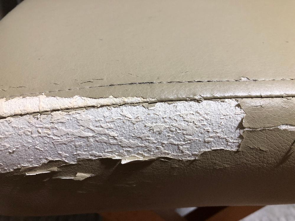 修復 折り畳み椅子です。 座る部分の側面の生地が剥がれてきたので、養生テープを貼ったらテープが剥がれてきたので、剥いだら、こうなりました。 何か合皮シートか何か貼った方が良いのか、 何か塗装?したほうがよいのか、 安くて簡単な方法を教えてください。