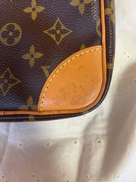 母にルイヴィトンのバックをもらったのですが写真のように皮のところに黒い汚れのようなものがあります。ルイヴィトンのリペアサービスを利用して修理してもらいたいのですがこの部分を修理することは可能です...