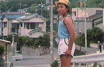 この少年は太って見えますか?腕が太いですか?