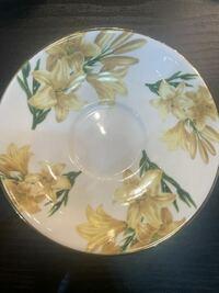 この花はなんの花でしょうか? また、エインズレイのカップ&ソーサーなんですが、なにかシリーズ名などがあれば教えてください。