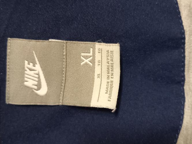 ナイキのナイロンジャケットのタグです。 家族がネットで買いましたが、偽物では?と思い始めたのですが、タグの写真を載せますので、どういうタグか教えていただけますでしょうか?