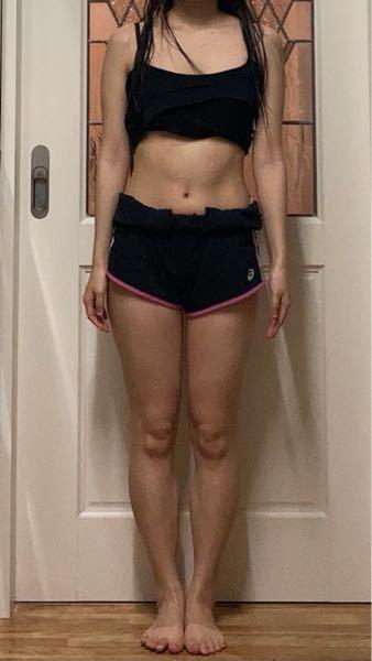 ダイエットのアドバイスが欲しいです。 現在22歳、身長157.5cm、MAX53.8kg. 体脂肪率30%超えから、現在 46.8kg.体脂肪率27〜28%まで痩せました。 主に有酸素運動と食事制限で痩せたのですが、最近痩せなくなってきました、、 筋肉が少なく脂肪が多い体型です。 上半身より下半身がデブの骨格ウェーブです。 最終的な目標は体重44kg.体脂肪率22%くらいまで痩せることなのですが、そのために何をすべきでしょうか? 有酸素運動ではなく、無酸素運動(筋トレ)を多くするべきでしょうか?