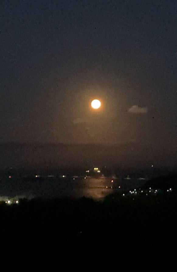スマホでお月さんを上手に写す方法を教えてください。 なんぼやってもうまくいかず。 ・ 今日は中秋の名月、十五夜さんですね。満月と重なるのは8年ぶりだそうで、 天気が崩れかけているのでフライング気味でしたが、今朝撮ってみました。 その結果がこれ↓写真はサイアク、動画にしましたが、だめですね相変わらず。 ・ ちなみにiPhoneSE2です。