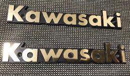 カワサキのエンブレムについて 昔のエンブレムは全部大文字で斜体のKAWASAKIですが、画像のKawasakiはいつの時代のものでしょうか?