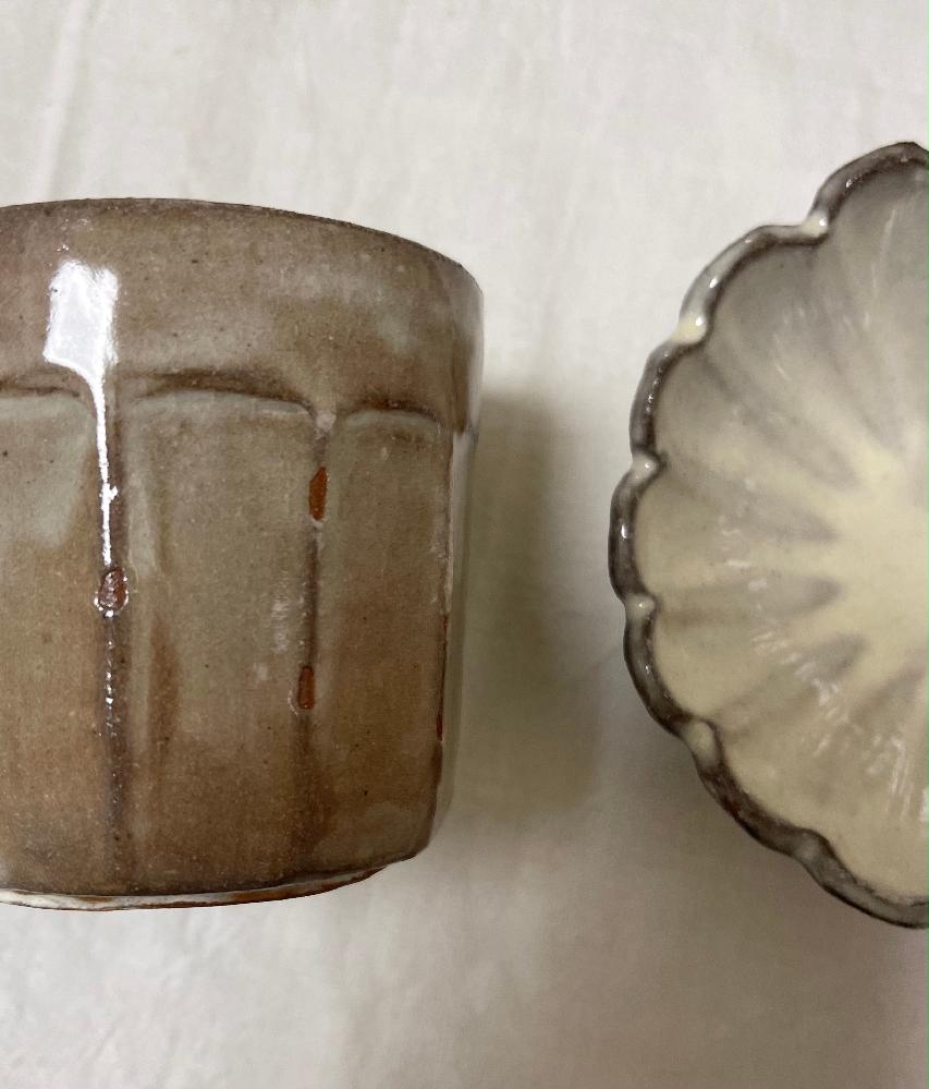 赤土で粉引の器を作りたいのですが、白くなってくれません。 左カップは信楽赤土、右の花型は鉄赤土です。 白化粧をかけた後、石灰系の透明釉薬、100ボルトの電気窯で酸化1250度で焼成しました。 作家さんの器のようにパキッとした白を出すにはどのようにしたら良いでしょうか? 右の花型は濃いめの白化粧を二度掛けしたので左のカップよりは白くなってますが、これでも粉引と言えますか? ベテランの方、アドバイスどうぞよろしくお願いいたします。
