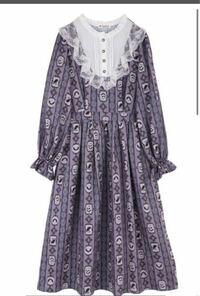 この服街中で着てたら「うわっ」てなりますか? また、これはロリータ服orゴスロリ服に入りますか? ちなみにアクシーズファムのヴィランズワンピースです ディズニー内ならOKですかね、、?(みんな平然と被り物とかしてるし) 21歳大学生女子です 可愛いので買うか迷ってます。でも白い目で見られるのが怖いので鑑賞のみにするかどうしようかと、、、
