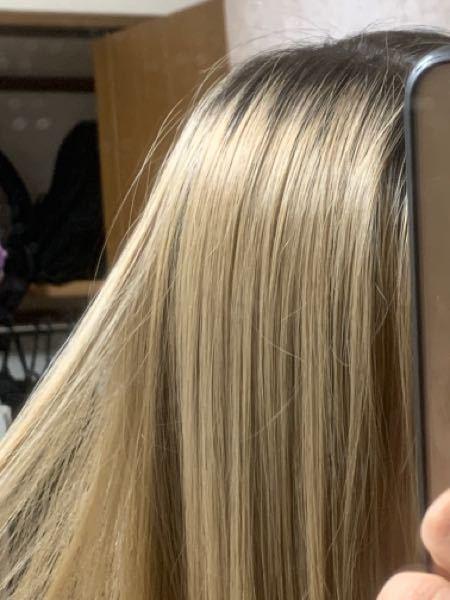 【至急】【画像あり】髪色に詳しい方、美容師の方お助け下さい。私の髪はブリーチ1.5回にブルーラベンダーを入れた後の色落ち状態です。 黒染めや縮毛矯正セルフカラーなし、ブリーチベースはめちゃくちゃ綺麗だと思います。 次はホワイト系にしたいと思うのですが、よくブリーチ2、3回〜と書いてありますよね。 これって真っ黒な地毛からの場合の回数なのでしょうか 既にこのくらい明るい金髪だったらこのベースからブリーチ1回で計2ブリーチしたことになりますが次ブリーチ1回で予約して大丈夫だと思いますか? もし2回で予約したら1回で足りたブリーチを2回されて高額+傷んでしまうというのを避けたいのです。。