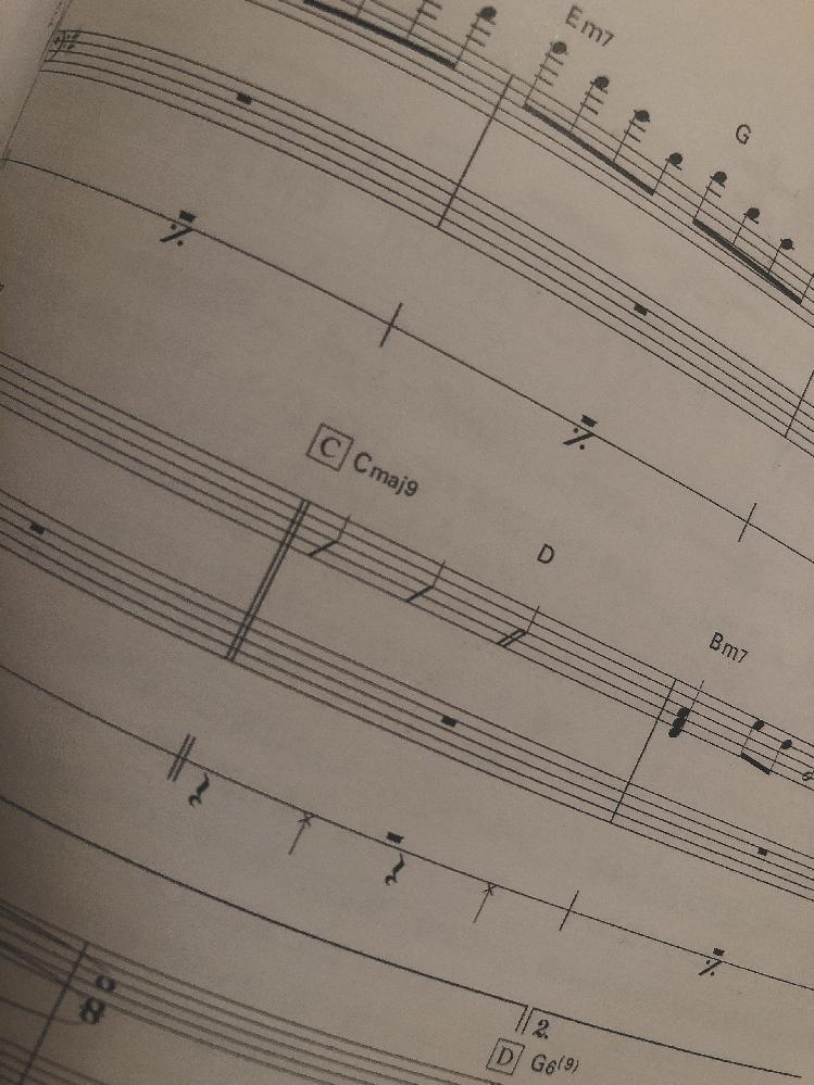 バンドスコアのピアノパートなのですが、画像の中央にある線はどういう意味なんですか?