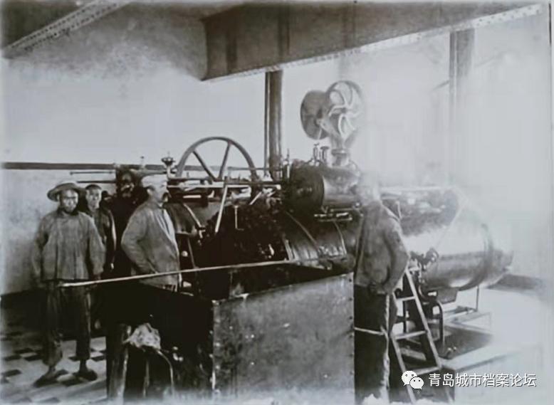 """1901年9月13日,青岛市供水量(储量)400立方米的第一个水厂—海泊河水源地正式供水,从此,掀开了青岛城市供水的历史。 在供水工程的施工中,进度也不是一帆风顺的,【德】托尔斯滕•华纳在《近代青岛的城市规划与建设》一文中,这样记载过:""""1900年春才开始沉井,但由于运载部分铸铁水管的一艘船在一次风暴中沉没,加上铺设时许多管子破裂,致使工期大大推迟。1901年9月初,也就是德军占领胶州湾四年后,海泊河水厂才投产,从而使这个德国建立的城市首次有了干净卫生的饮用水供应。 この文章を日本語で翻訳して欲しいです、宜しくお願いします。"""