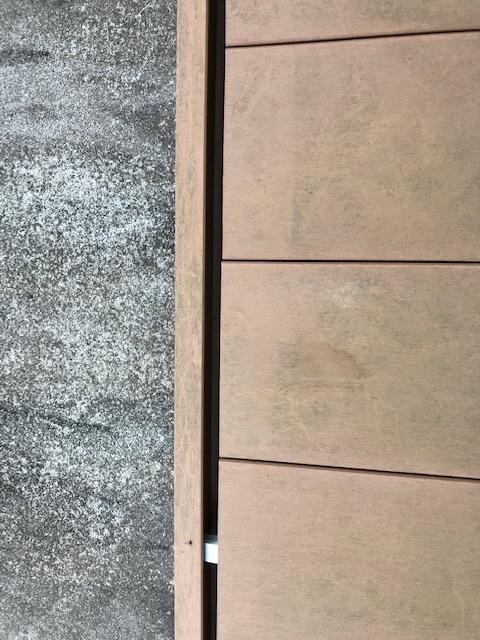 樹脂製のウッドデッキの一番外側が反ってずいぶんな隙間ができるようになりました。これまで金づちでたたいて戻したりしたのですが、すぐに戻ってしまうようになりました。 自分でできる修繕方法があれば教えて下さい。
