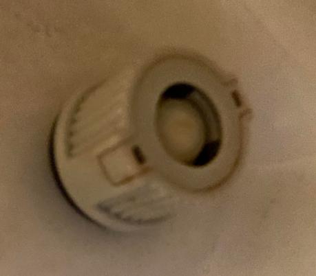 便座のガタつきについて 引っ越し先の便座がすごくがたつきます。 写真のように便座下にあるねじを回してみたのですが、締まる気配がありません。 どなたか、このタイプの締め方をご存知でしょうか。