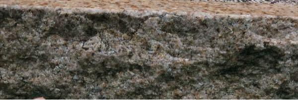 下の写真が火山岩か深成岩か どっちかわかりますか? 教えてほしいです。