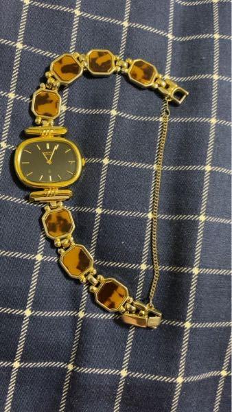 SEIKOの時計について、どのくらいの価値があるのかを教えていただきたいです。 写真の物なのですが、表にはSEIKO Quartz Japan 2320-0570 と記載があります。 裏面には SGP BACK ST.STEEL 000290 2320-5400 と書いてあります。