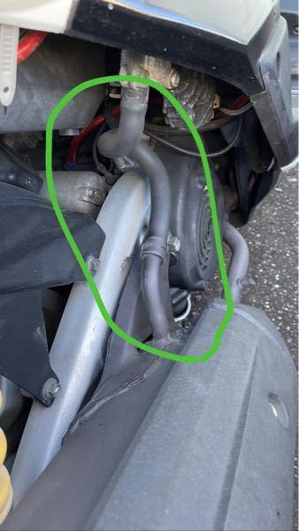 シグナスx2型(se44j 国内仕様)のマフラーを変えようと思ってるのですが、この緑で囲った部分のホースってなんの役割を果たしてるのでしょうか? 変えるマフラーにはこのホースを繋ぐ穴?は無かった気がするのですがなくても平気ですか?