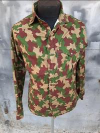 迷彩服について、 この写真の迷彩ジャケットは何処の国の物でしょうか?年代やどのような部隊で使われたかなども気になるので分かる方お願いします。 最初はスイス軍っぽいと思ったのですが違うみたいです。  本当にいくら調べても分からないのでどなたか助けてください....orz