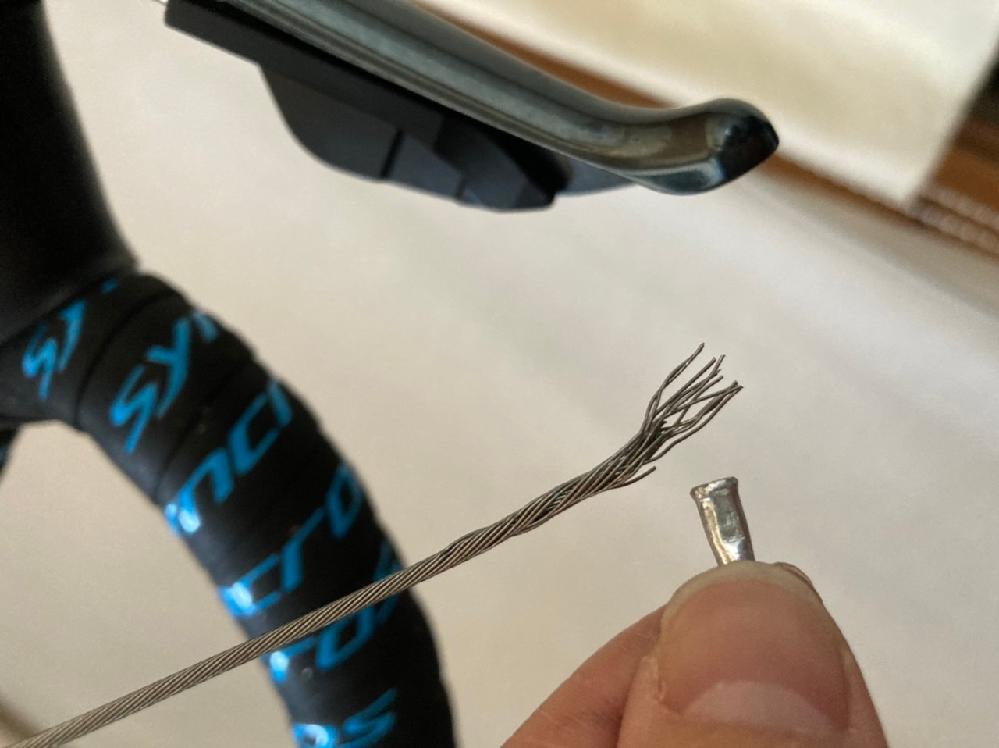 ロードバイクのブレーキ交換しようとワイヤーキャップを抜いたら...ワイヤーがビロビロ。ブレーキワイヤーのやはり張り直しでしょうか。 もちろんですが、ワイヤーがブレーキのナットに入りません。
