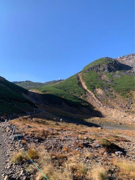 こちらはどこの山ですか?? 登山好き、山に詳しい方教えて下さい。 観測所みたいのが見えます