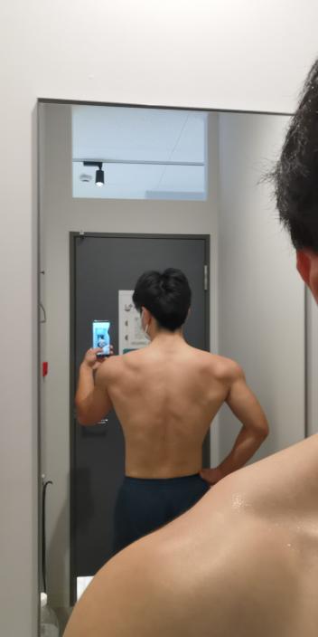 筋トレ歴約1年半ほどです 170cm73キロです 背中のトレーニングいつもあまり効いてる気がしないんですけど、一年半でこの背中ってしょぼいですか? 背中のどこをもっと鍛えるべきでしょうか?