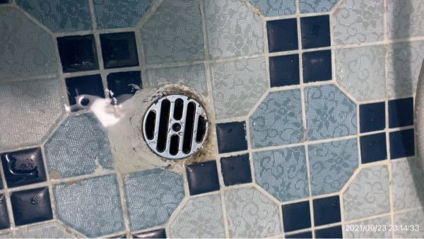 お風呂の排水口の補修・修理についてお伺いします 画像のような排水口なのですが、穴の周囲がデコボコでうまくはまりません。 どのような補修方法がおすすめですか? できればDIYでホームセンターで安価に手に入る材料で、比較的簡単にできる方法があればありがたいです。 よろしくお願い申し上げます。