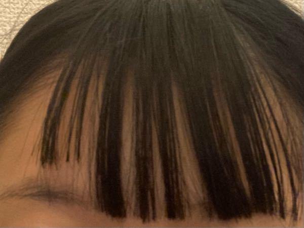 至急 前髪失敗しました、、、 これはもう短くなった方似合わせて切るか それともそのままにして伸びるのを待つかどちらの方がいいですか? アイロンで最大まで伸ばしました 追記 ちなみに1年前にも短い方と同じ長 さの前髪になってしまったことがあったのですがボブでおろしていたので何とか生きれたのですが今回は髪が長くくせっけなのもあって下ろせず困ってます(´;ω;`)