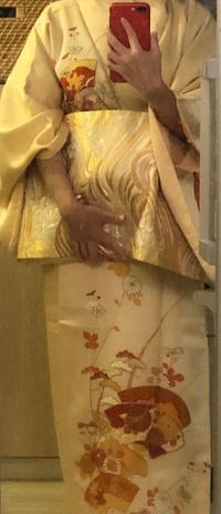 写真が分かり辛く申し訳ありません  友人の結婚式で、こちらの着物は 相応しくないでしょうか? 30前半既婚です。    付け下げと伺っております。  よろしくお願いいたします。
