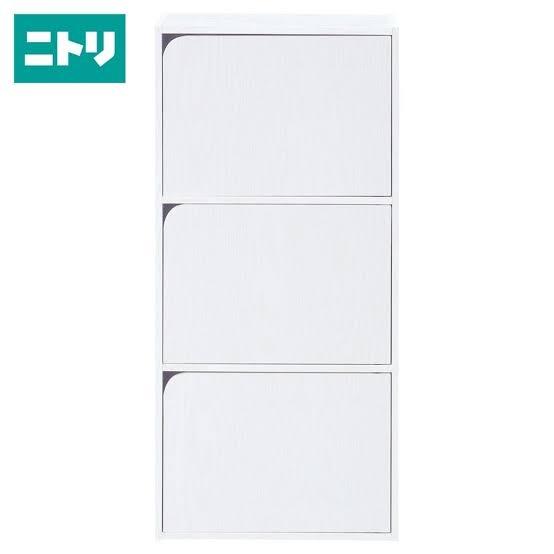ニトリの扉付きカラーボックス(白)について ニトリで買った、扉付きのカラーボックスがあります。 ずっと縦置きで使用してましたが、模様替えしたく、横置きに設置したいのですが、分解、扉の外し方が...