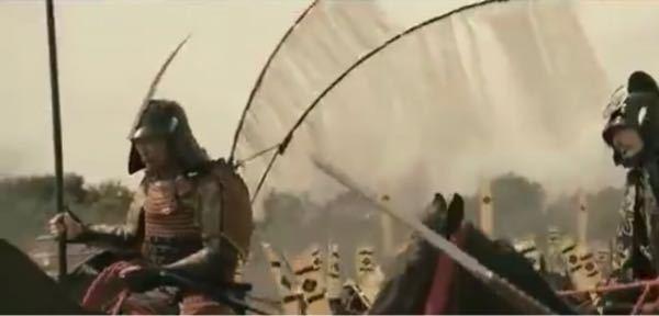 映画「のぼうの城」で一騎討ちのシーンがありますが、 馬廻役の人の甲冑の背中に付いた羽の 材料が気になります。 絡まらず、軽やかに風になびいています。 (あるいはCGなのでしょうか?) どなたか教えて頂けるとありがたいです。 よろしくお願い致します。