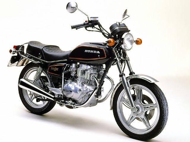 高校生です。 画像のようなシートのバイクに乗りたいです。他のバイクにこのようなシートを取り付けることは可能なのでしょうか? それと、もし取り付けられるバイクの条件などがあれば教えていただきたいです。