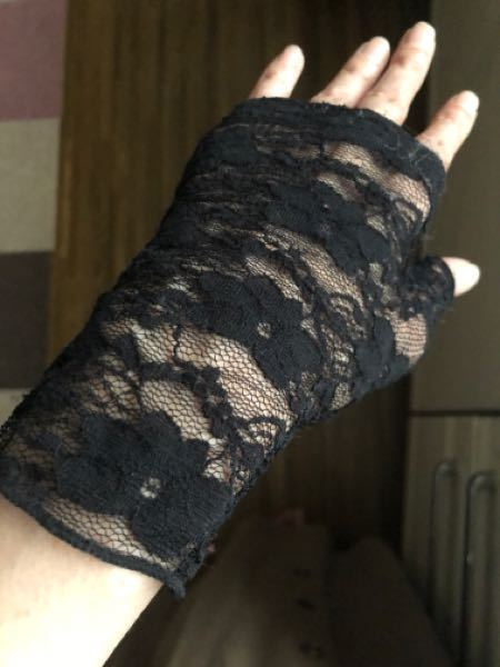 葬式会場の中で、7分袖のワンピースに、手の部分だけ、黒のレースのハンドカバーをつけていたらおかしいでしょうか? 出来れば隠したいのですが、焼香の時などは外すべきでしょうか。やはり違和感がありますかね? 不自然であることは承知していますが、マナー的にはどうなのでしょうね。