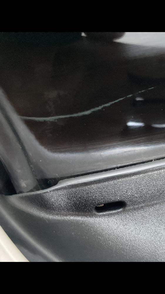 車のフロントガラスの黒セラ部分に白い線が入っていました。 線はガラスの表(外側)ではなく、車内側に入っています。線の輪郭はモヤモヤしている感じです。この線の正体はなんでしょうか。