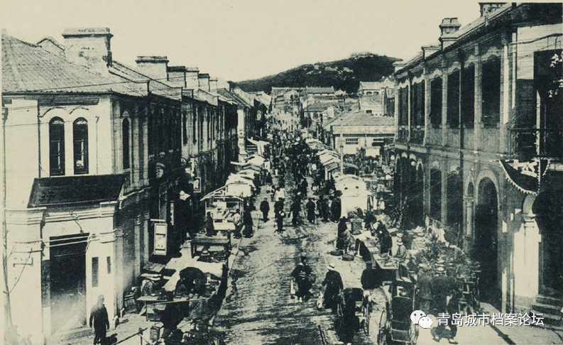 1920年9月出版的《青岛守备军第四步兵大队写真帖》上,刊有一张从观象台环视360℃拍摄的青岛全景照片,图上还看不到望火楼, 通过已建成的普济医院(1919年11月竣工)和尚未建造的日本中学(1921年6月竣工),可以判断照片摄于1920年。而1922年版的《青岛写真帖》上已经可以看到普济医院、日本中学、望火楼。两厢比较大致就能判断出望火楼建于1921–1922年,不过由于在1922年青岛主权回归中国已成定局,日本当局应不会再投资建造基础或公共设施,所以望火楼建于1921年应比较符合逻辑。 この文章を日本語で翻訳して欲しいです、宜しくお願いします。