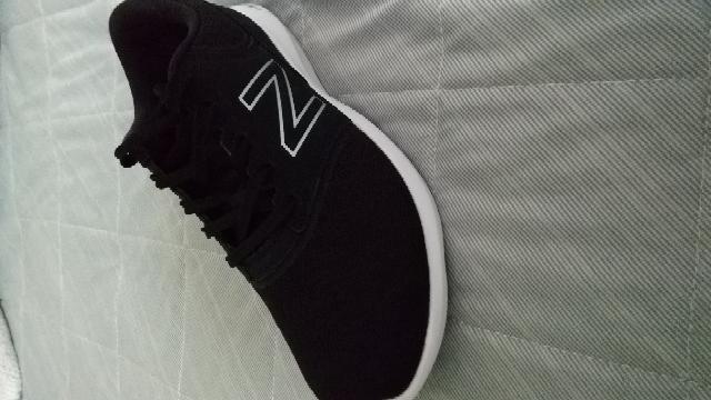 至急 バイト初心者 先日バイトで採用が決まったのですがバイトには黒の単色の靴(スニーカー可)で来るように言われました。黒い靴は持っていなかったので買ったのですが間違って単色ではない靴を買ってしまったかも しれません。 写真の靴は単色ではないですか?