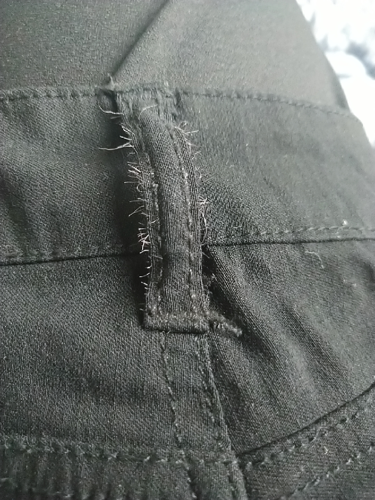 ズボンを洗濯したら、このような伸びる細い糸みたいなのがいっぱい出てきてしまいました… どうすれば取れるのでしょうか?