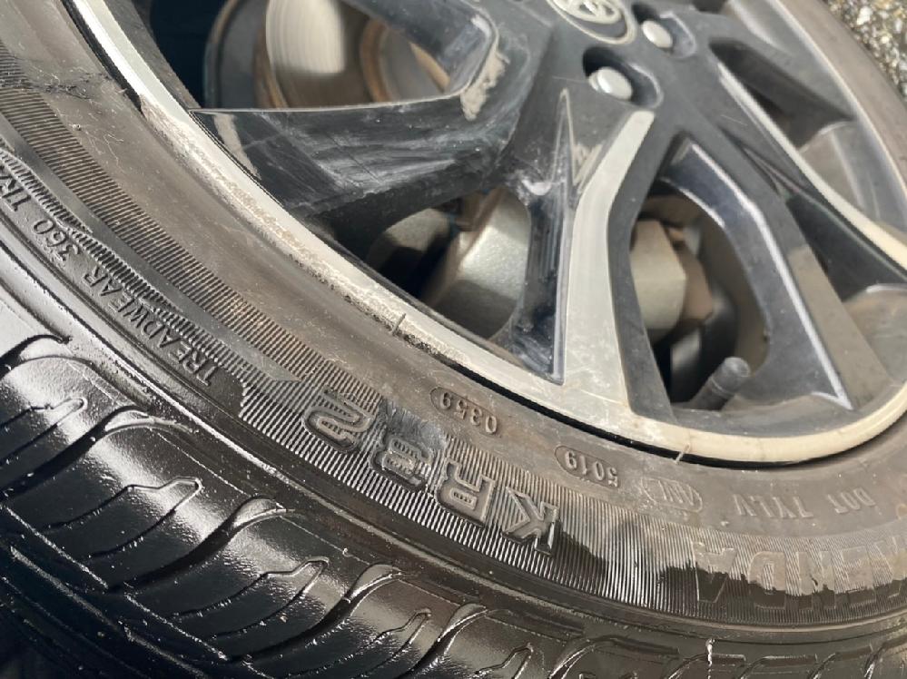 先程、縁石にタイヤを当ててしまいまして… タイヤが抉れているのですが、こちらは交換した方がよろしいでしょうか…?