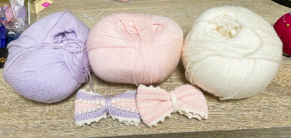 【お礼250】この毛糸の名前とメーカーを知りたいです。 2017年ごろ購入したものですが、ラベルを紛失してしまい 毛糸の名前がわからなくなってしまいました。 購入した店は東京都中野区方南町にある「くるみや」さんだったかと思います。 赤ちゃん用毛糸のような柔らかい質感で細い毛糸です。 (ダルマ毛糸のやわらかラムよりも少しだけ細い程度の細さです。) 写真の色以外にもパステルカラーのラインナップがあったかと記憶しています。 お心当たりの方いましたらどうぞよろしくお願いいたします。