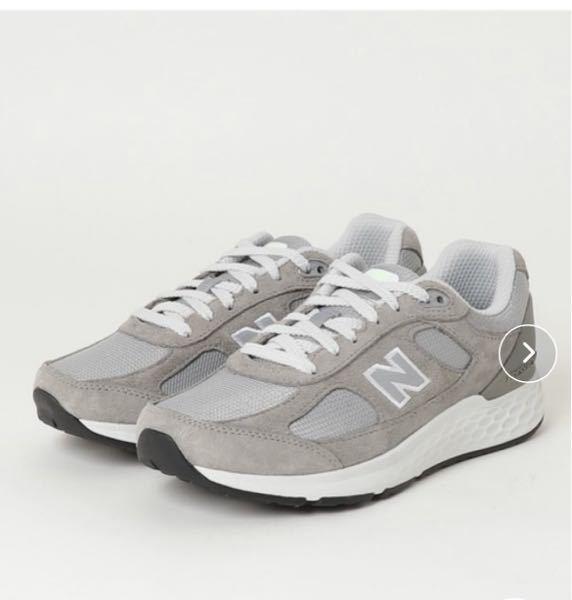 写真のようなNの文字が小さめのニューバランスのスニーカーを探しています。それほど高価ではないものを教えていただきたいです。写真のスニーカーはすこし運動靴のような印象がありますか?