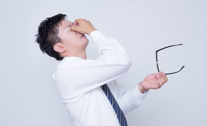 よくアニメやドラマなどでメガネをかけている人がデスクワークなどをしていてから休憩する時、眼鏡を外して鼻の目頭らへんを手でつまむように押さえるのを見たことがあるのですが、なぜ押さえるのですか?