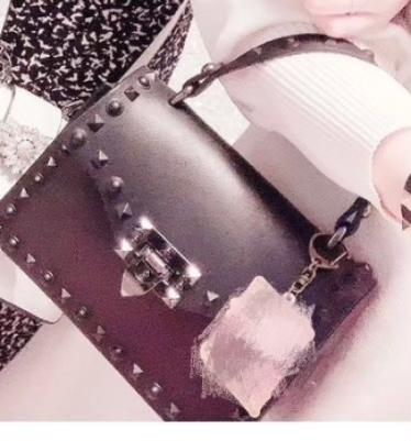このハンドバッグどこのブランドのものか分かる方いませんか? valentinoかなと思ったんですが似た形のショルダーしか出てこなくて、、もしurlあれば貼ってほしいです。