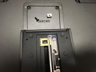 Wacomの液タブのスタンドを付けようとしたんですけど、中央のネジの部分を外したらバラバラになってしまいました。 外した金具とネジはどうやって付ければいいですか? 型はWacomCintiq16専用スタンドACK620Kです。