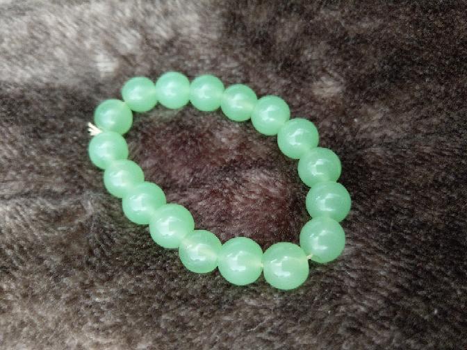何という石か教えて下さい。 親にもらったんですが数珠には意味があると聞いて気になっています。