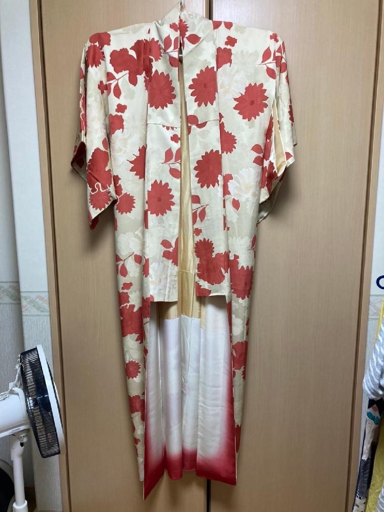 この着物は、訪問着ですか?付け下げですか?? 知人からいただいた着物ですが、何に当たるのか分かりません。 写真の写りより光沢があり、普段遣いするにはやや豪華な印象を受けます。