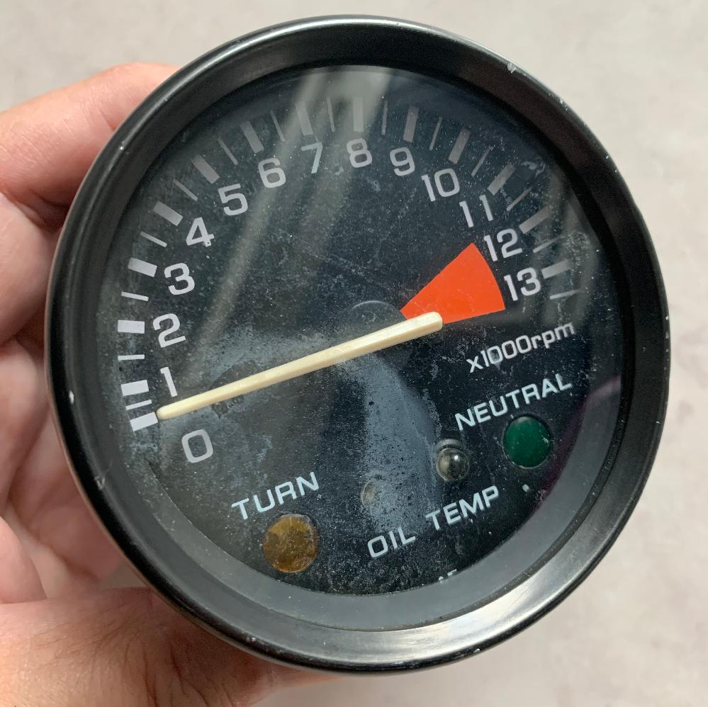 物置からタコメーターが出てきましたが車種がわかりません。 直径85ミリでレッドゾーンが11500からです。 インジゲーターが左からTURN OIL TENP NEUTRALです。 わかる方よろし...